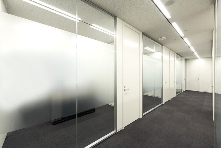 Origin Electric Co., Ltd./【Executive zone (Saitama-Shintoshin Head Office)】A series of glass partitions allows natural light into the interior.