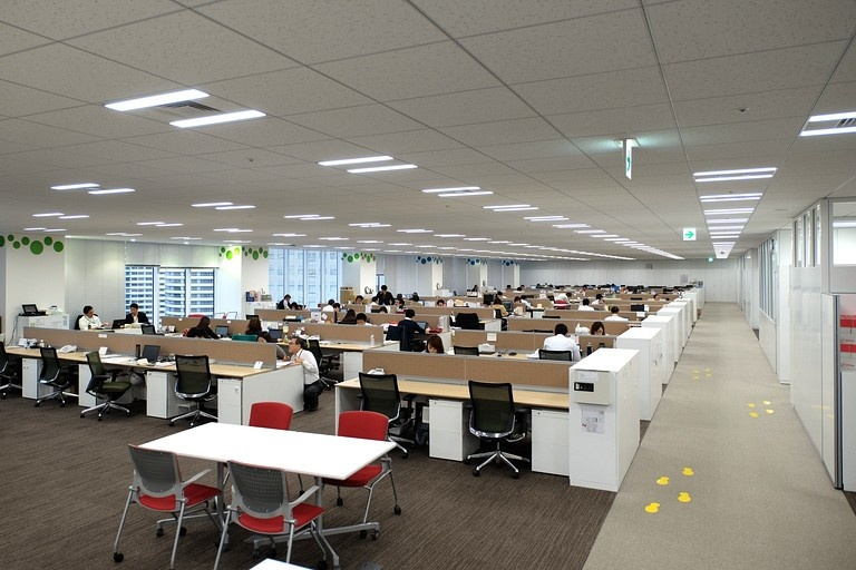 Ebara Foods Industry, Inc./【Work area】A feeling of employee unity is nurtured by an open space with partitions eliminated.