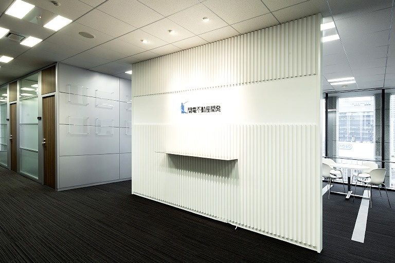 Kanden Realty & Development Co., Ltd./【General reception】White keynote color reception area with prominent logo display.