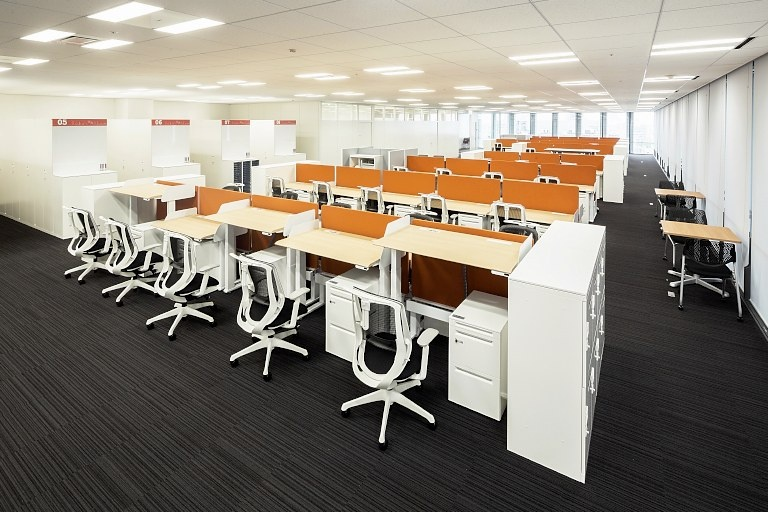 Kanden Realty & Development Co., Ltd./【15F Work area】All the work area desks are adjustable-height desks.