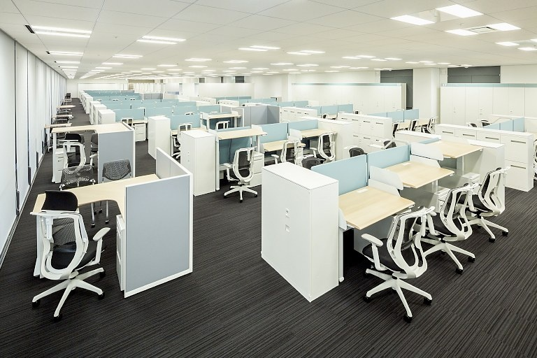 Kanden Realty & Development Co., Ltd./【14F Work area】L-shaped desks for managers also have adjustable height.