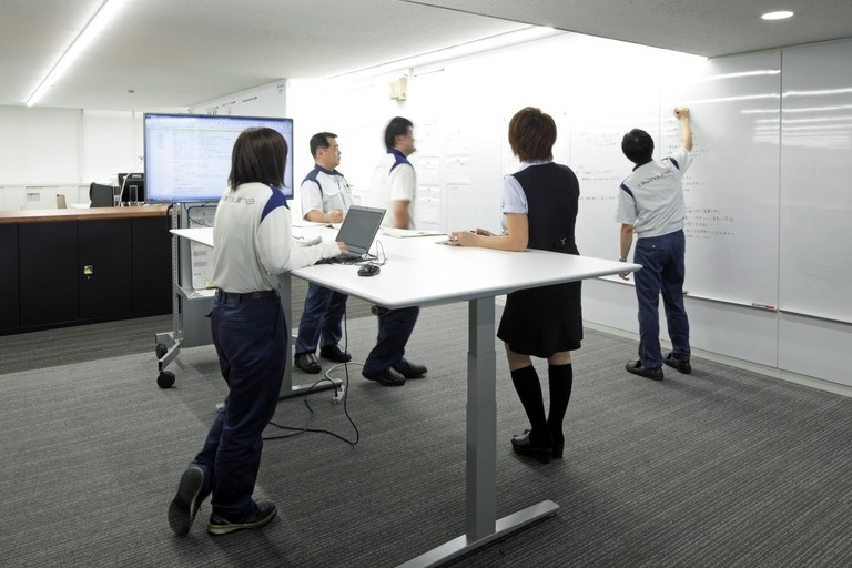 Okamura Corporation/【Meeting space】The meeting space was designed to promote lively discussion and information sharing; a white board covers an entire wall.