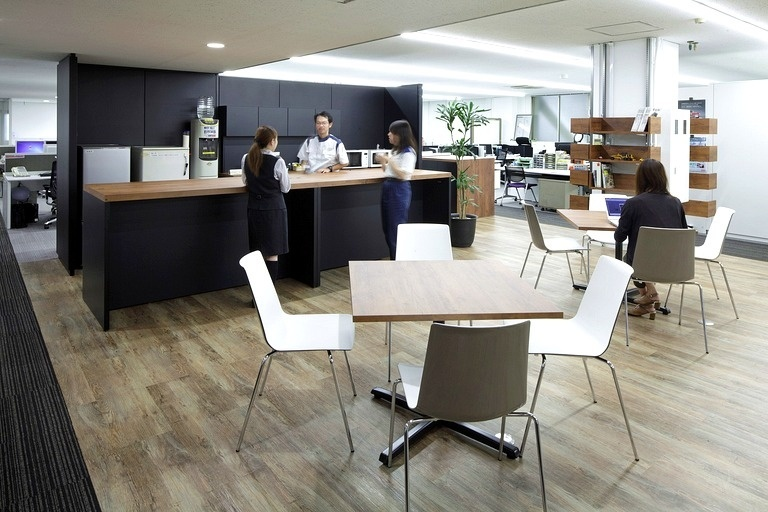 "Okamura Corporation/【Café space】This ""refresh space"" promotes employee interaction. It can also be used as touchdown seating by people from other departments."