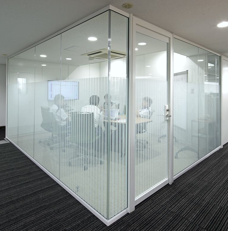 Okamura Corporation/【Video conferencing room】The video conferencing room is enclosed by glass partitions with an appropriate level of visual screening.