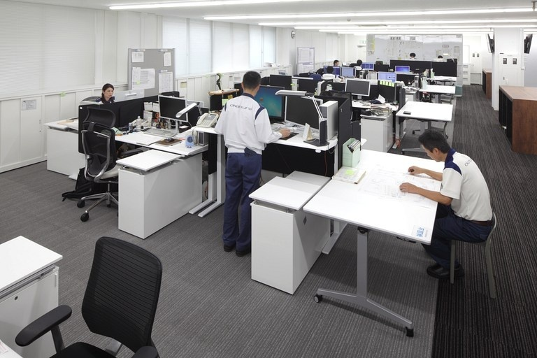 Okamura Corporation/【Work area (design)】Taking into consideration work efficiency and health factors, adjustable-height desks were used for design personnel who spend a long time at their desks preparing diagrams, etc.