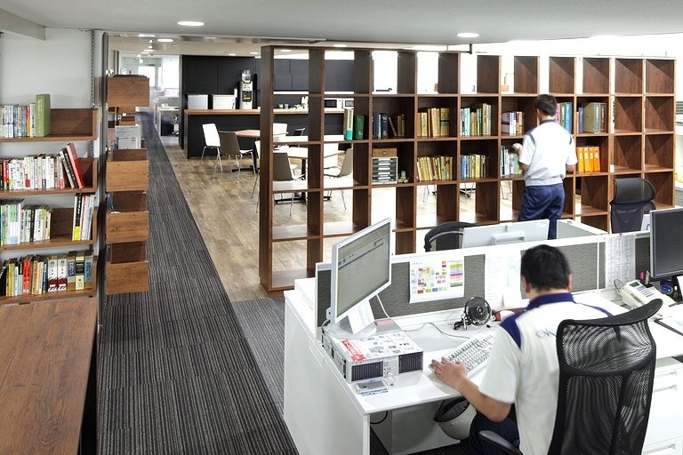 Okamura Corporation/【Library space】Libraries are situated at various places in work areas and are used for storing and displaying documents, books, samples, etc.