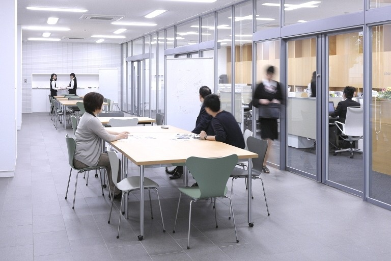 Sendai Oroshisho Center/【Business lounge】Featuring adjustable and movable furniture, this co-working space can be freely used by anyone.
