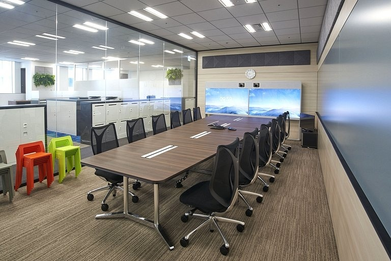 Aozora Bank, Ltd./【Large conference room】A large conference room is situated in the core area. The trapezoid table shape takes monitor ease-of-viewing into account.