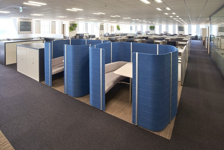 Aozora Bank, Ltd./【Intersection: Meeting booths】These booths can also be used as free-address seating and as semi-private space for concentrating on work tasks.