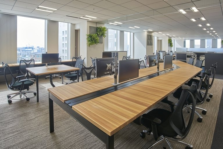 Aozora Bank, Ltd./【Free address tables】For discussions while checking the screen and for solitary work tasks, there is one monitor for every two seats.
