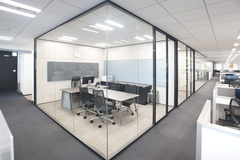 Aozora Bank, Ltd./【Executive office】Partitions and fixtures have a standardized style. It is possible to write with a pen and project on the glass of one interior surface, and another surface has acoustic panels.